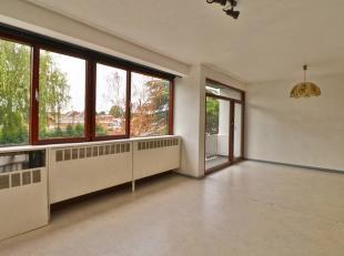 REF 621- MONS 7000 - Appartement situé à 2 pas des Grand-Prés.1 étage : Hall, Séjour avec cuisine ouverte, Salle de