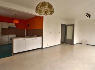 REF 621- MONS 7000 - Appartement situé à 2 pas des Grand-Prés.<br /> 1 étage : Hall, Séjour avec cuisine ouverte, S