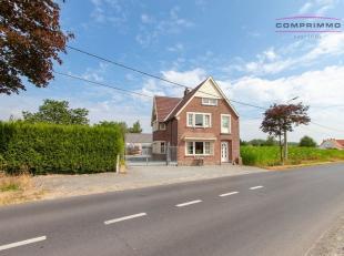 Ruime gezinswoning met opslagplaats op bijna 2000m² grond te Oosterzele. WONING: Deze statige woning is voorzien van een ruime inkomhal - lichtri