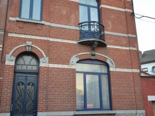 Belle maison de Maître. Composition : REZ : Gd hall d'entrée, wc sép., gd living avec parquet en chêne et cheminée en
