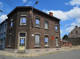 Maison unifamiliale avec avant-cour et 2 garages proche de l'hôpital Marie Curie<br /> Composition :<br /> Rez-de-Chaussée : Living (35 m