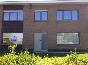 Mooi gerenoveerde woning dichtbij alle belangrijke invalswegen naar Antwerpen, Gent en Brugge.<br /> De woning is ingedeeld als volgt:<br /> Op het ge