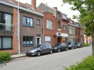 Geflankeerd aan de rand van het Brugse stadscentrum bevindt zich deze goed onderhouden & hedendaagse 4-slpkr tussenwoning. De RUIME WOONVERTREKKEN