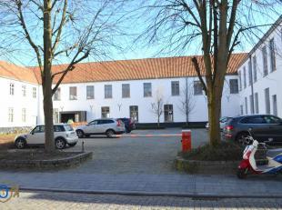 Deze parkeerplaats (P9) maakt onderdeel uit van de studentencampus Amicorum, gelegen in de Werkhuisstraat. Slechts toegankelijk na openen barri&egrave