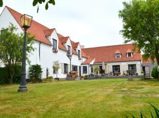 Deze vrijstaande villa in landelijke stijl is ingeplant in een privatief en ruim, groen perceel. De rustieke toon wordt direct gezet bij het betreden