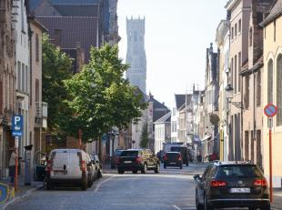 Ideaal gelegen in het centrum van Brugge!  De toegang tot de ondergrondse autostaanplaatsen is beveiligd met een automatische poort met badge. Mogelij
