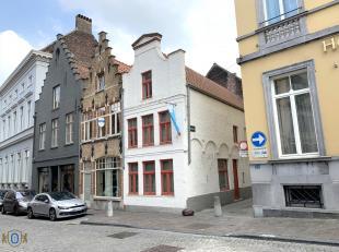 Commercieel gelegen Brugs handelshuis met mogelijkheid tot woonst. Deze trapgevelwoning biedt in zijn huidige vorm een ruime 3-slpkr woonst aan met 2