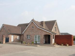 Landelijke villa met loods te koop te Kalmthout<br /> <br /> Bestaande uit <br /> <br /> Zeer ruime villa, kwalitatief afgewerkt<br /> Garage, stal en