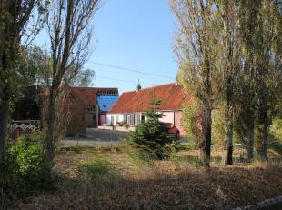 Prachtig gelegen hoevetje te koop op 1 ha 16 omgeving Brugge (Meetkerke)<br /> <br /> Door zijn U-vorm (aanpalende volumes) en bouwkundig erfgoed zeer