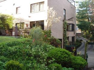 Uccle, dans le quartier du Fort-Jaco, dans une rue calme et sans issue, Belle maison 3 façades composée : hall, beau séjour, sall