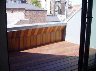 Bruxelles: Quartier Dansaert, beau Duplex Meublé situé au dernier étage dun petit immeuble sans ascenseur. Il se compose : Hall,