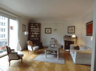 Saint Gilles: A proximité du Châtelain, de la Place Brugmann, des transports et commerces, superbe Appartement de 150m². Il se compo