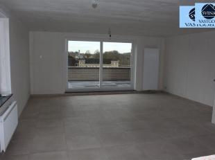 >UNIEK DUPLEXAPPARTEMENT MET 4 SLAAPKAMERS Laatste appartement!!! Dit appartement omvat op het gelijkvloers een ruime inkomhal, afzonderlijk toilet