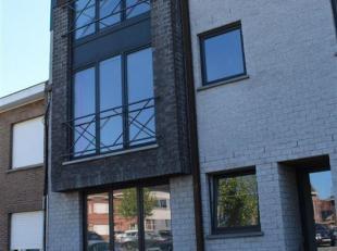 Dit goed gelegen appartement op de 2de verdieping omvat een inkomhal, ruime living met openkeuken, een apart toilet, een berging, 2 slaapkamers en ing