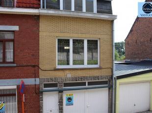 Deze woning omvat op het gelijkvloers een dubbele garage en de inkomhal. Op het eerste verdiep bevindt zich de ruime living, de keuken en de badkamer