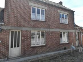 Située dans une ruelle, maison à rénover (actuellement louée 322 euro) et comprenant:Sous-sol: Cave.Rez: Living, cuisine,