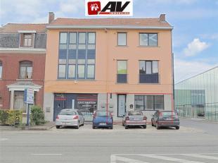 Bureau à louer le long de la chaussée de Bruxelles avec grande visibilité + parking.<br /> Guichet d'accueil, 2 bureaux ind&eacut