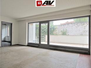 Mons (centre-ville) : Superbe appartement 3 chambres avec terrasse et garage. Composition : Hall d'entrée, cuisine équipée neuve,