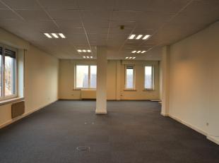 Ruime kantoorruimte op uiterst gunstige locatie te huur!Het kantoor, gelegen op de tweede verdieping, omvat zeven burelen (1 x 100 m²; 1 x 40 m&s