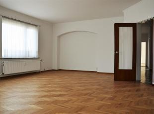 Zeer mooi, ruim gerenoveerd appartement gelegen op de 4de verdieping van Residentie Giraldo.Het appartement bestaat uit een inkom met vestiaire, een z