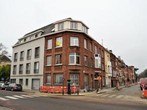 Dit appartement bevindt zich op de tweede verdieping en bestaat uit een leefruimte met veel lichtinval, een ingerichte keuken (met kookplaten, keukenk