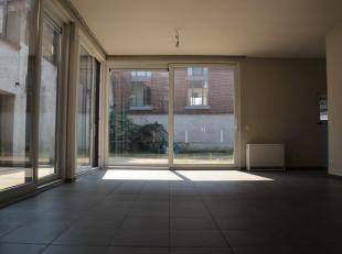 Gelijkvloersappartement met autostaanplaats en zonnig terras te huur! Gezellig appartement bestaande uit een ruime woonkamer, drie slaapkamers, een in