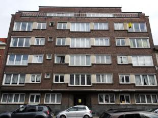 Ruim appartement te huur met drie slaapkamers (15 m²;16m²;19m²) gelegen in Sint- Amandsberg. Het appartement bestaat uit een inkom met