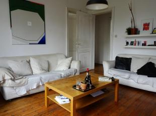 Ruim duplexappartement te huur in Centrum Gent! Deze duplex bestaat uit een ruime inkom, een woonkamer (20 m²), een voorplaats (19 m²), een