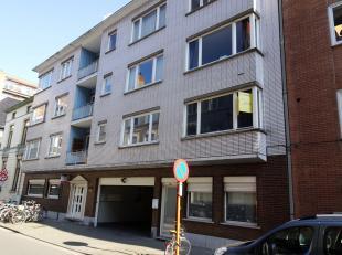 Ruim te huur in Centrum Gent! Dit pand bestaat uit een ruime inkom, apart toilet, een woonkamer (34 m²), keuken, terras, berging, 3 slaapkamers e