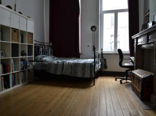 Charmant appartement te huur met tuin! Het appartement bestaat uit een living, een slaapkamer, een geïnstalleerde keuken (met een spoelbak, een k