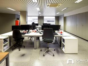 """Zeer lichtrijke kantoren centrum Roeselare. Rechtover commercieel centrum en ondergrondse parking """"De Munt"""" en vlakbij nieuwbouwproject van de Belgaco"""