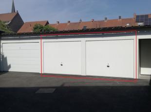 Roeselare, nabij station : Garage te huur in nieuwbouwcomplex met automatische inrijpoort, individuele garagepoort is manueel. De garage rechts is nog