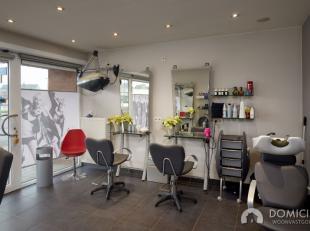 Roeselare-centrum : Commercieel pand uitstekend goed gelegen - trendy gelijkvloersappartement met 2-3 slpks momenteel met hip ingericht kapsalon stapv