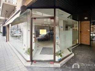 Roeselare-Winkelstraat : Pal in het centrum, dichtbij de MUNT dit mooi lichtrijk handelspand met 7m gevelbreedte. KANTOOR / PRAKTIJK / WINKELDit hande