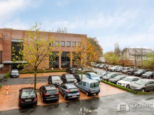 Roeselare, stadsrand: Vlot bereikbare zeer ruime open en lichtrijke kantoorruimte (172m2) met parking aan ring van RoeselareIndeling: 6,8m x 4m en 11m
