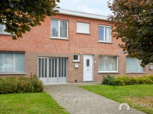 Roeselare : Tussenwoning met 4 slaapkamers en 2 garages op 296m².Deze te renoveren tussenwoning is centraal gelegen te Roeselare. Zeer rustig ges