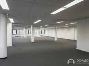 Roeselare, stadsrand: Vlot bereikbare zeer ruime open en lichtrijke kantoorruimte (307m2) met parking aan ring van RoeselareIndeling: 6,8m x 6,12m en