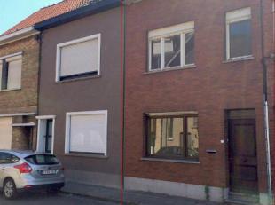 Deze statige rijwoning in het Centrum van Wevelgem, beschikt op het gelijkvloers over een inkomhal met leefruimte, een basis ingerichte keuken, badkam