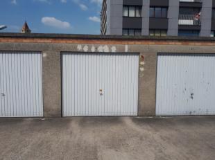 Roeselare : Aan het vroegere Spillebad gesloten garagebox met kantelpoort (normale grootte)  Bel ons vrijblijvend op voor een bezoek en info. Wij bege