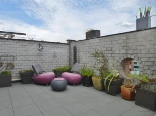 Laat u alvast charmeren door dit luxueuze dakappartement! De gezellige woonkamer met open geïnstalleerde keuken geeft u toegang tot het ruime en