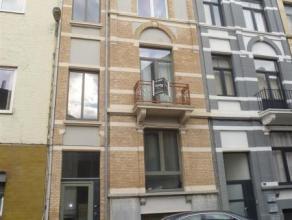 Op zoek naar een net gerenoveerd 1 slaapkamer appartement dat ook gemakkelijk te bereiken is? Dit onmiddellijk beschikbare appartement is voorzien van