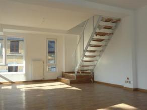 Prachtig dakappartement op de 2e verdieping. De duplex bestaat uit een ruime living met open keuken, een badkamer met jacuzzi en een prachtig dakterra
