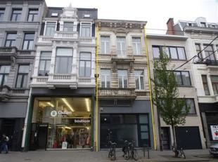 Herenhuis  met de mogelijkeheid van 3 appartementen of 2 appartementen met  handelsvloer of te genieten in de huidige vorm van ruime woning met tuin.