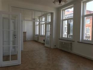 Dit licht appartement in een zeer aangename en rustige straat op 't Zuid in Antwerpen biedt u een zee aan ruimte! De riante woonkamer op parket met ho