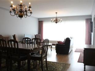 Ruim 3-slaapkamer appartement met terras en zicht op het groen. De inkomhal is centraal gelegen en geeft u toegang tot alle ruimtes: woonkamer met bal