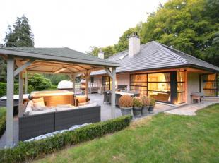 Cette perle immobilière est située dans un quartier calme et boisé sur un terrain de 1592 m2 ... Cette maison luxueuse et compl&e