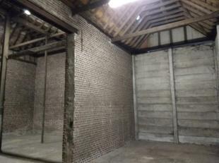 LOODS de 220m² avec portail près du centre de Sint-Baafs-Vijve. Selon RUP Den Art situé dans une zone résidentielle mixte. P