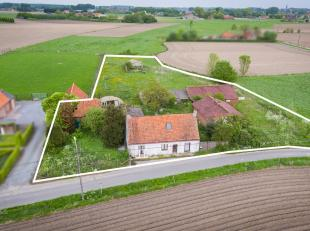 Prachtig gelegen hoevetje met bijgebouwen op 4.345m2 te Ruiselede. Ideaal voor wie rustig en landelijk wenst te wonen met zicht op de velden. De wetge