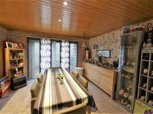 Deze mooie ingerichte woning is gelegen in een rustige straat te Aalst en heeft een bewoonbare oppervlakte van 138m². De woning heeft de volgende