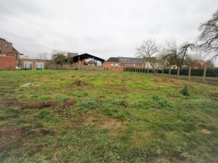 In een landelijke omgeving te Hofstade bieden wij deze boerderij/woonerf aan met een oppervlakte van 2200 m². Dankzij zijn straatbreedte van maar